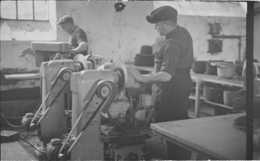 ouvriers-dans-la-chapellerie-a-chazelles-sur-lyon-en-1945-5-fi-5100-._img.jpg