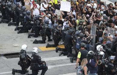 768x492_policiers-mettent-genoux-devant-manifestants-lundi-1er-juin-2020-atlanta-lors-quatrieme-journee-protestations-contre-mort-george-floyd-minneapolis